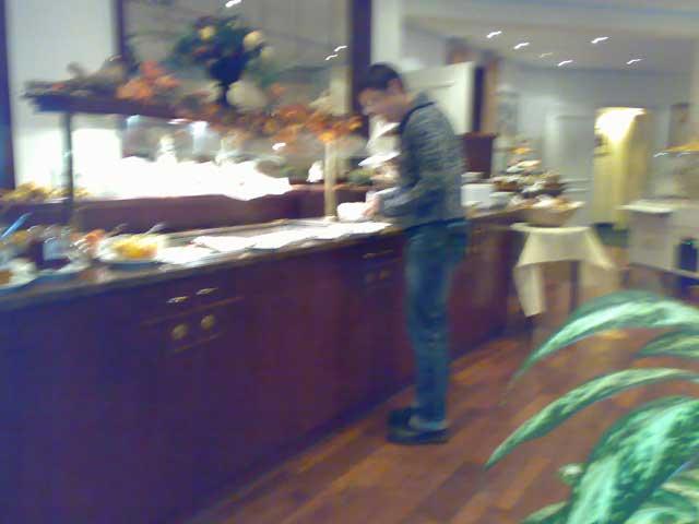 Anja am Frühstücksbuffet