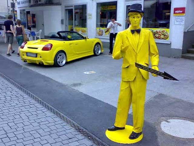 Gelbes Auto - Gelber Mann