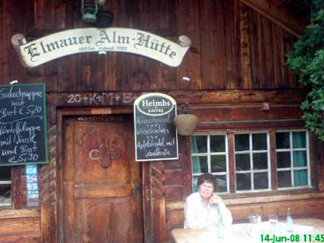 Annelie vor der Berghütte