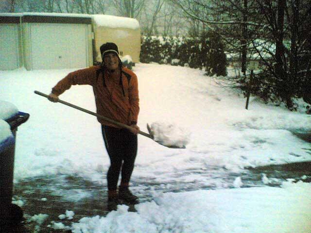 Anja beim Schneeschippen
