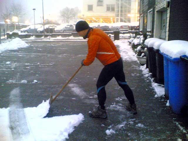 Lutz beim Schneeschippen