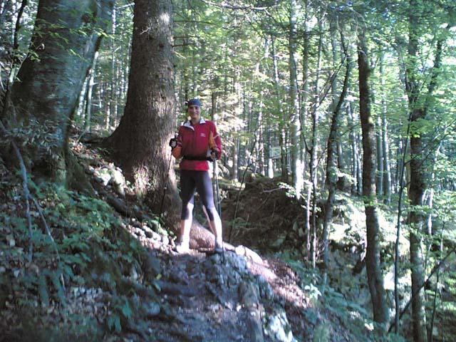 Anja beim Walken im Wald