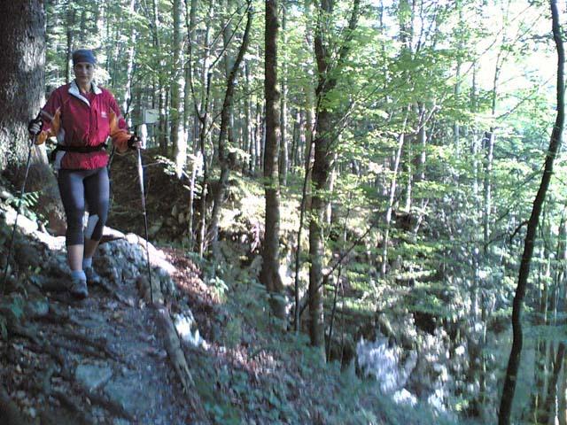 Anja beim Walken im Wald Nr. 2